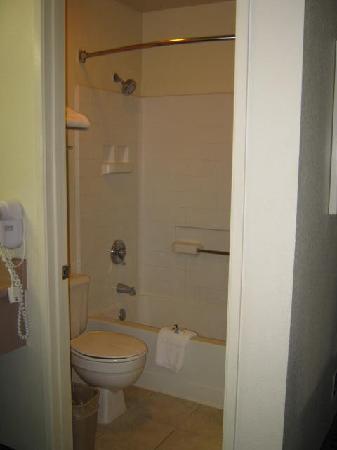 Bathroom picture of best western beach dunes inn marina for Best western bathrooms