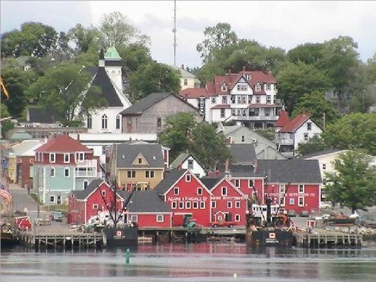 Greybeard's Bed & Breakfast : Beautiful Lunenburg from across the harbor