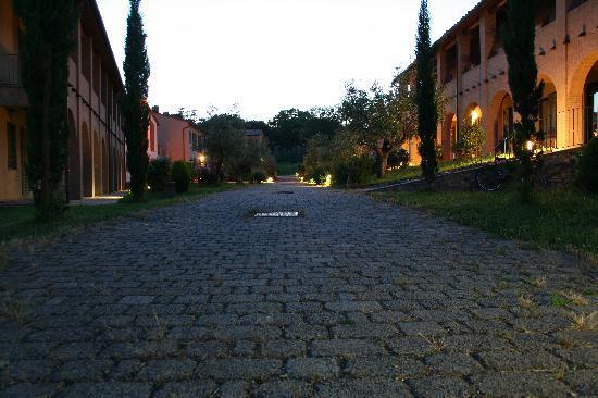 Монтеспертоли, Италия: Innenhof in der Dämmerung
