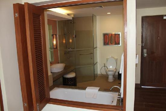 Crimson Resort and Spa, Mactan: Stanard room bathroom