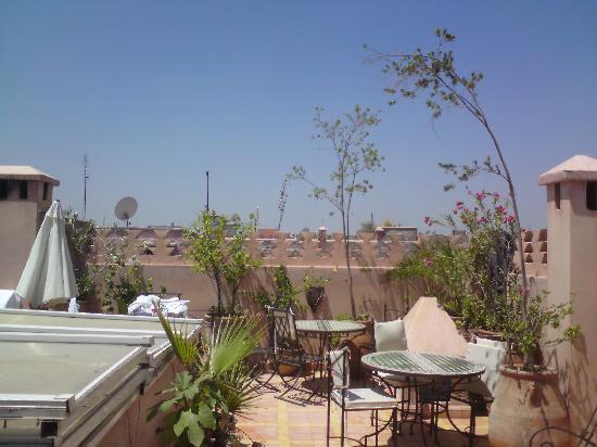 Riad Spa Sindibad: sur la terrasse, dos au spa.