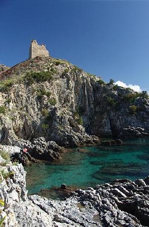 Marina di Ascea, Italy: la scogliera e la casermetta