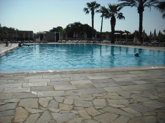 Nissi Beach Resort: pool..alot bigger than it looks!