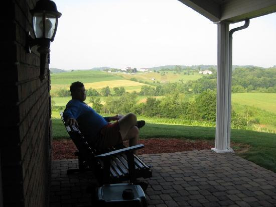 Oak Ridge Inn: Our patio with rocker overlooking farmland.