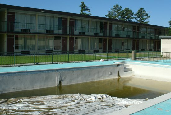 "American Inn: ""Seasonal"" pool doesn't look ready in July"