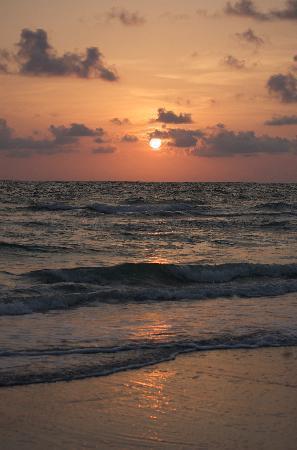 Barefoot Beach Resort: sunset Sunday night