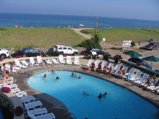 Sea View Motel: Pool and beach view