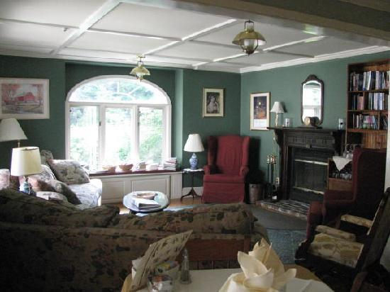 Snow Goose Inn: sitting area off the dining room