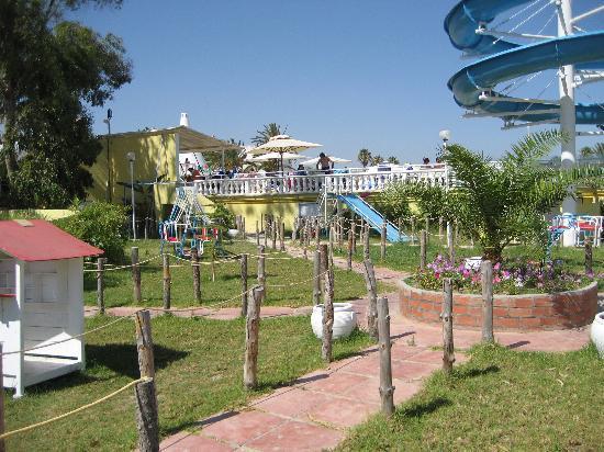 Samira Club: Lekpark och vattenrutschkana vid poolen