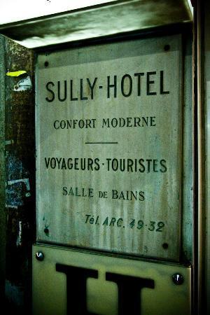 Hotel de Sully: entrance