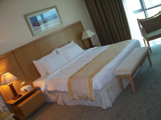 City Seasons Hotel: King Size Bed