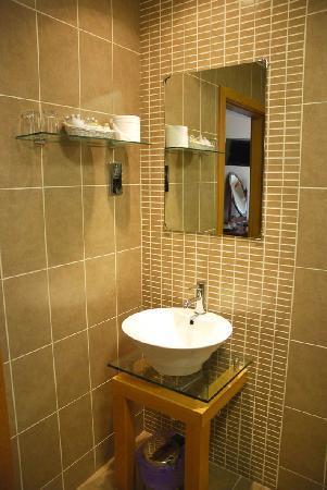 Radstone Hotel: Bathroom view 1 room 34
