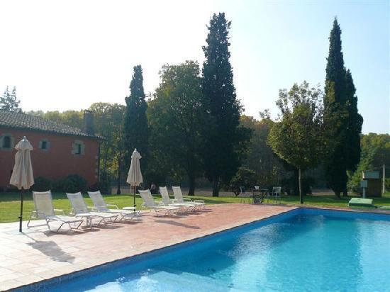 Hotel Masferrer : Vista de la piscina desde lateral del jardín