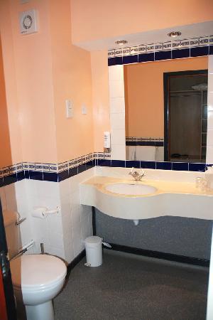 Isles of Glencoe Hotel & Leisure Centre: Room 111 bathroom view 1