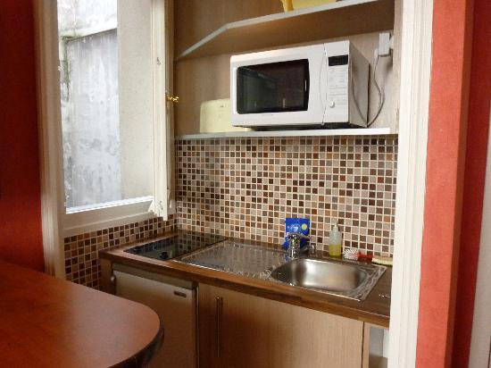 HotelHome Paris 16 : Well equipped Kitchenette