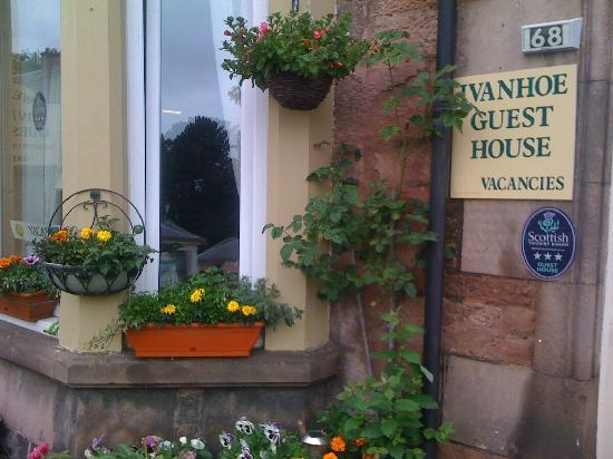 Ivanhoe Guest House: Nice to see flowers at the front - very welcoming!!