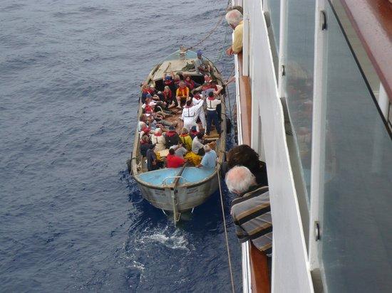 Pitcairn Island: Ausbooten in die Longboats der Pitcainer