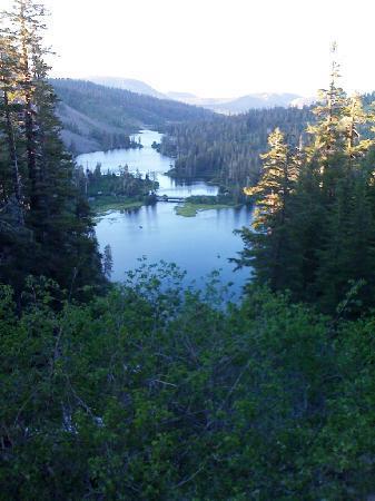 Mammoth Lakes, Kalifornien: Blick vom Wasserfall auf die Seen