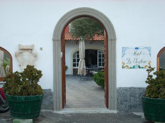 Hotel La Scogliera: ingresso