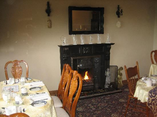 Rossmore Manor: Breakfast room with fire place