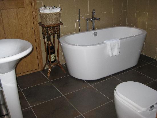 Three Acres Inn & Restaurant: Bathroom in suite
