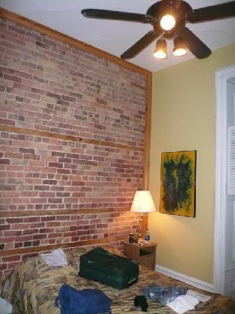 Hotel l'Abri du Voyageur: Loved the exposed brick!