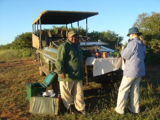 Shamwari Game Reserve Lodges: Frühstück im Game Resort mit unserem Rancher