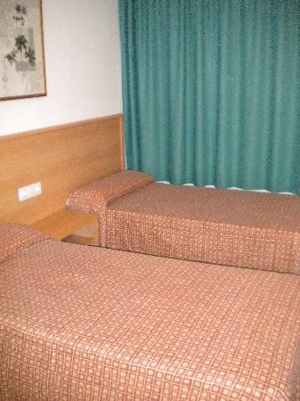 Ontario Apartments: Twin bedroom