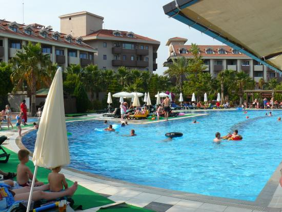 PrimaSol Hane Family Resort: Hotel vom Pool aus betrachtet