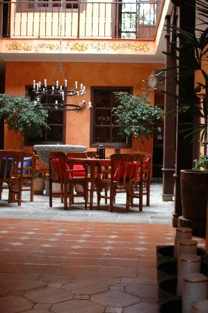 Hotel Casa del Aguila: looking into the courtyard from main entrance