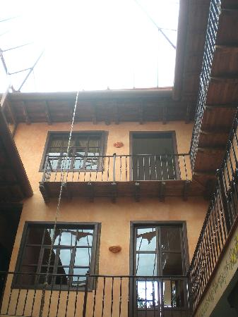 Hotel Casa del Aguila: Looking up at the rooms from the courtyard