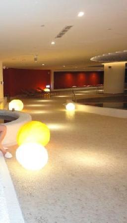 Hotel Novotel Taipei Taoyuan International Airport: Modern lighting in the pool area