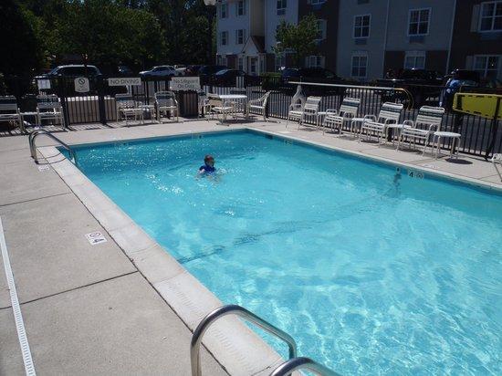 Studios 4 Less: Pool
