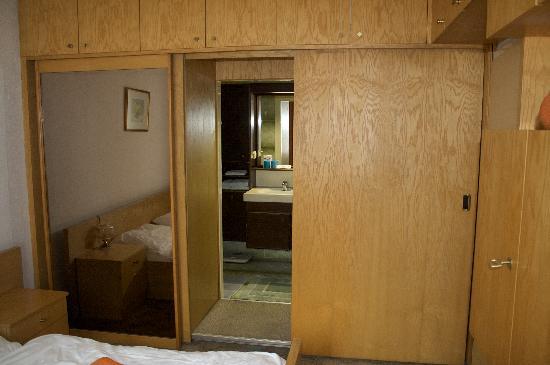 Pension Dr. Geissler: Closet In Bedroom / Entry To Bathroom
