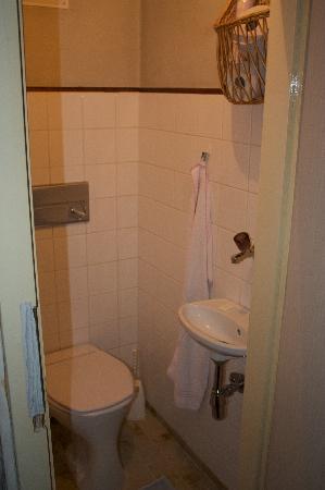 Pension Dr. Geissler: Tiny bathroom