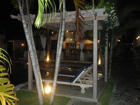 Artemis Villa and Hotel: Night view at the restaurant
