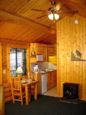Somers Bay Log Cabin Lodging: Interior Studio Cabin
