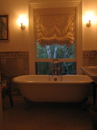 Bed & Breakfast On Broadway: Bathroom at dusk
