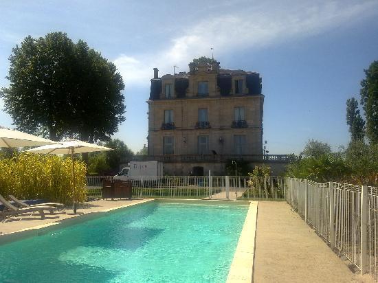 Chateau Grattequina: piscina
