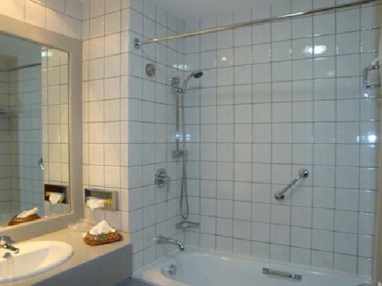Fiesta Royale Hotel: Bathroom1