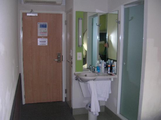 Ibis Budget London Hounslow: Waschbereich mit Dusche