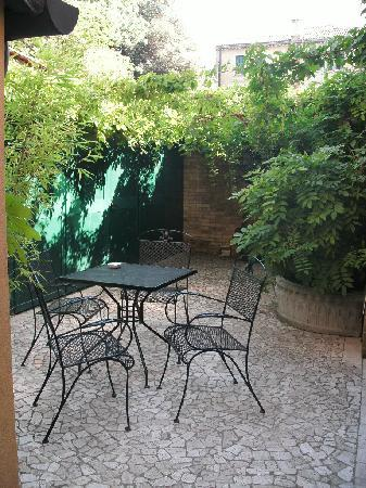 The Boscolo Hotel Bellini : The courtyard outside the room