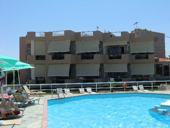 Stalos, Grecia: Hotellet från poolkanten, vi bodde på andra våningen (rekommenderas)