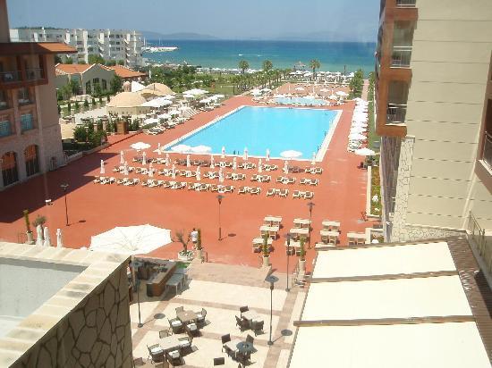 Radisson Blu Resort & Spa, Cesme: Pool aus dem Fahrstuhl