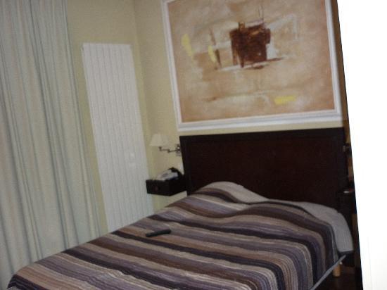 Tingis Hotel: bed