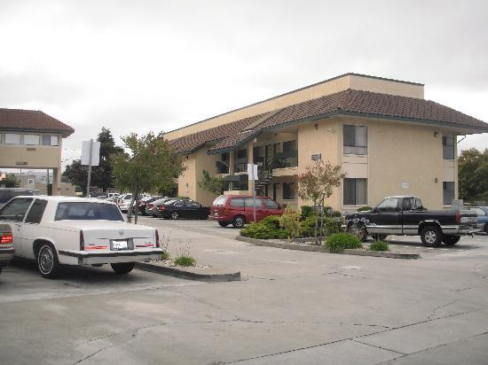 Best Western Plus Inn of Hayward: ホテル外観1(二階建て)