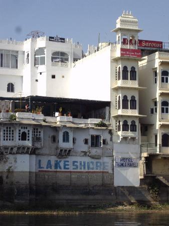 Hotel Thamla Haveli : vue générale depuis le lac