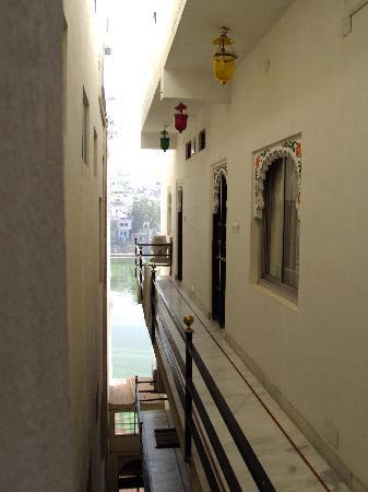 Hotel Thamla Haveli: Découverte du lac depuis les coursives d'accès aux chambres