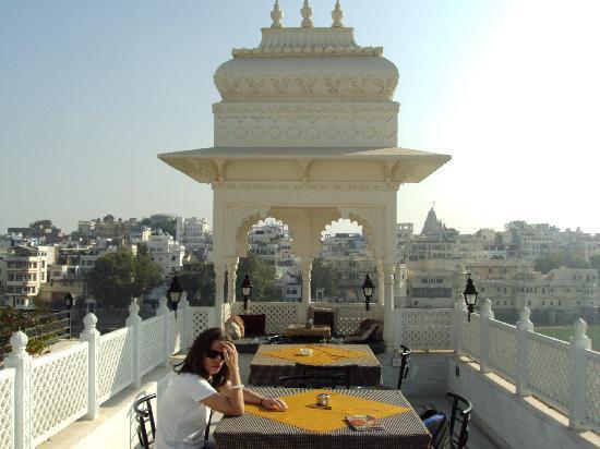 Hotel Thamla Haveli : Restaurant en toiture avec vue sur la ville