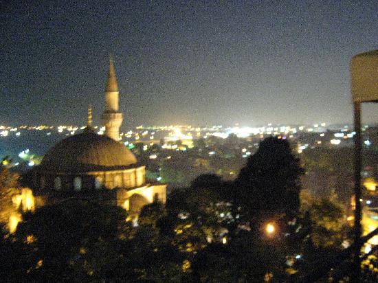 Ada Hotel Istanbul: Dachterasse um 22 Uhr.Blick zum Meer.